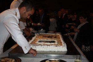 Serving a super Amerigo Vespucci cake