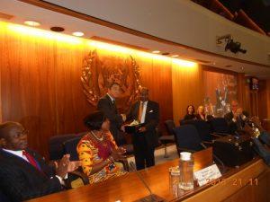 Dr.Thomas A. Mensah receiving the prize from Koji Sekimiju IMO's Secretary General
