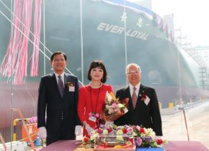 Mr. Y H Yoon, Executive Vice President & Shipyard General Manager of Samsung Heavy Industries (left) Ms. Lin-An Hsieh, Group Executive Officer, Medical Affairs, of Evergreen Group Mr. Raymond Lin, Vice Group Chairman of Evergreen Group (right)
