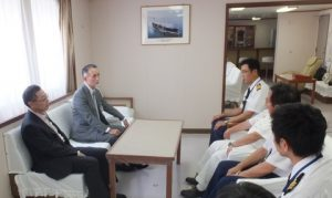 MOL President Koichi Muto (far left) exchanges opinions with the captain and chief engineer.