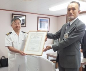 Captain Gaku Hinata (left) receives the certificate of commendation from MOL Managing Executive Officer Takaaki Inoue