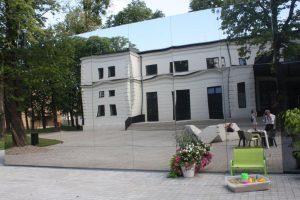 Mirror reflection of the new Kasárne Kulturpark arts centre