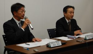 Responding to media inquiries at the mock press conference From left Executive Officer Akio Mitsuta, Tanker Safery Management Office, General Manager, Masanori Ota