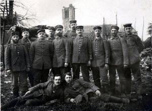 Soldiers pose for photo. (c) Memorial Museum Passchendaele 1917.