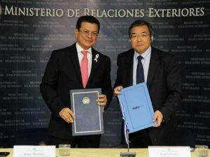 The Minister of Foreign Affairs of El Salvador, Hugo Martinez and IMO's Secretary-General Koji Sekimizu