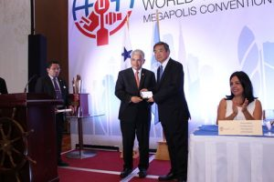 IMO's SG Koji Sekimizu receiving the keys to the City by Mayor  José Blandón