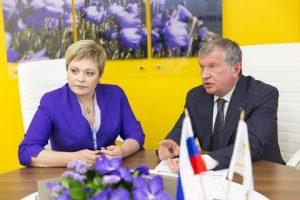 Marina Kovtun  Igor Sechin at the signing ceremony