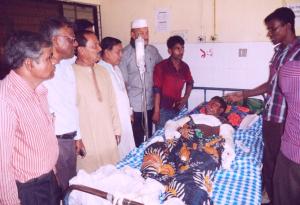 Representatives of Platform member organization BILS visit workers severely injured at Shitol Enterprise at the Chittagong Medical College Hospital