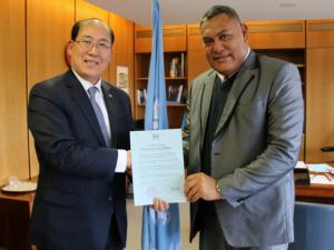 IMO Secretary-General Kitack Lim and H.E. Mr. Jitoko Tikolevu, High Commissioner of Fiji to the United Kingdom,