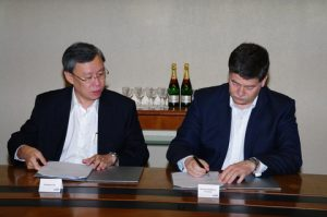 left - Mr Andrew Lim, Managing Director, Business Group, Group Enterprise at Singtel; right - Mr Ronald Spithout, President Inmarsat Maritime