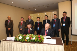 Nicolas Tsavliris and Bei Lu Guo, Director of Zhoushan Port Free Zone Area, sign the MOU
