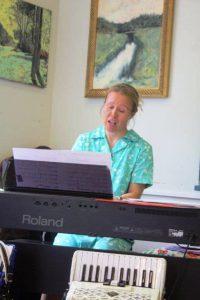Sini accompanies herself on keyboard…