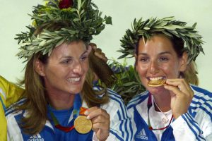 Sofia Bekatorou (R) and Aimillia Tsoulfa show off their medals 21 August 2004, during the awards ceremony for the Women's Double-handed dinghy-