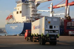Star cool reefers being loaded onto Seatrade Orange in the port of Qingdao