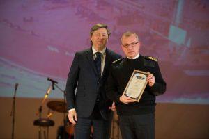 Eduard Apiyants (right), first mate of Tanker Kuban receives letter of gratitude from Rosmorrechflot